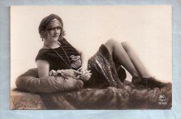 Carte Photo - Fantaisie Frivole - Ed. PC Paris - 1285. Femme Allongée Avec Jolies Jambes (1) - Women