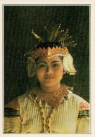 INDONESIA: BALINESE NEL TRADIZIONALE COSTUME DA FESTA     (NUOVA CON DESCRIZIONE DEL SITO SUL RETRO) - Indonesia