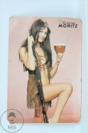 Vintage 1972 Small/ Pocket Calendar - Sexy Brunette Girl In Hunting Suit - Spanish Beer Advertising Moritz - Calendarios