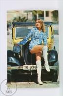 Vintage 1972 Small/ Pocket Calendar - Sexy Blonde Lady Near Classic Old Car - Tamaño Pequeño : 1961-70