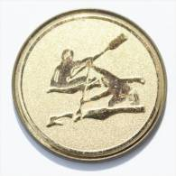 Pin's  Médaille Dorée Et Relief  CANOE Ou KAYAK - E047 - Canoeing, Kayak