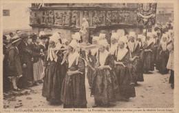 PLOUGASTEL DAOULAS -29- LA PROCESSION LES FEMMES MARIEES PORTENT LA VENEREE SAINTE ANNE - Plougastel-Daoulas