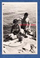 Photo Ancienne - Retour De Pêche Sur Un Bateau - Homme Torse Nu Et Fille En Maillot De Bain - Sexy - Demi Nude - Barcos