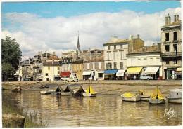 Blaye: RENAULT 4 & 4CV, PEUGEOT 403 & 404 - Bateaux  - Le Port  (33, France) - Toerisme