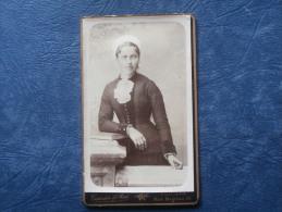 Photo CDV  Garnier Et Rat à Poitiers - Belle Jeune Femme Aux Yeux Très Clairs Portant Une Coiffe Et Un Jabot - L191 - Anciennes (Av. 1900)