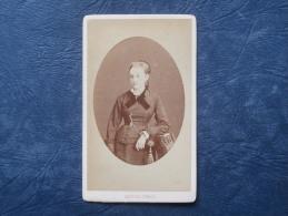 Photo CDV  Leopold Dubois à Poitiers - Femme Portant Une Croix Autour Du Cou Et Un Noeud En Velours- Circa 1875 - L191 - Anciennes (Av. 1900)