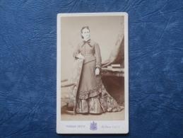 Photo CDV  Pierre Petit Place Cadet à Paris - Femme Accoudée Sur Le Dossier D'un Fauteuil - Belle Robe - L191 - Anciennes (Av. 1900)