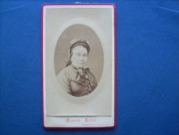 Photo CDV Pierre Petit à Paris Place Cadet  - Portrait Embossé Femme Avec Coiffe Circa 1880 L191 - Photos