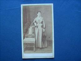 Photo CDV P. Fellot à Poitiers -  Jeune Femme Avec Ombrelle, Bourgeoisie  Circa 1870 L191 - Photos