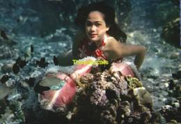 CPSM  TAHITI  DANS LE LAGON JEUNE TAHITIENNE DEVANT UNE ANEMONE DE MER - Tahiti