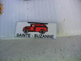 Pin´s Camion à Grande échelle Des Sapeurs Pompiers De La Ville De SAINTE - SUZANNE (Dept 25) - Bomberos
