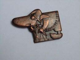 BROCHE BADGE CARNAVAL FASNACHT 1975 BALE .BASEL (métal Bronze). - Fasching & Karneval