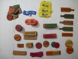 JETONS DE JEUX DE CARTES - LOT de 124 jetons publicitaires en bois et plastique.