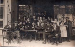 Carte Photo A Iddentifier Devant Terrasse Cafe , Conscrits..medailles En Vitrine ( Region Manche ) - A Identifier