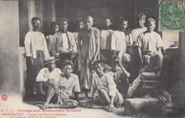 VOYAGE AUX MONUMENTS KHMERS - ANGKOR-WAT - GROUPE DE PELERINS INDIGENES SOUS UNE DES GALERIES DU 1er ETAGE - Cambodge