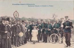 DOUANES - DOUANIERS - DOUANE - FRONTIERE FRANCO ALLEMANDE - GENDARMES FRANCAIS ET ALLEMANDS AU POTEAU - ANIMATION - Douane