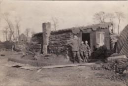 Photo Avril 1918 LEBUCQUIERE (près Bapaume) - Un Modeste Abri Allemand, Soldats (A100, Ww1, Wk 1) - Unclassified