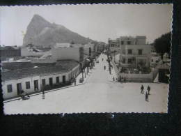 Gibraltar N°1 / Calle Calvo Sotelo . Al Fondo El Penôn De Gibraltar ( Espagne -  Andalucía ) /  Circulée  1959  .- - Gibraltar