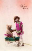 "FILLETTE AVEC SON OURS EN PELUCHE (TEDDY) DANS UNE CHARETTE EN BOIS CARTE COLORISEE ""BONNE ANNEE"" - Giochi, Giocattoli"