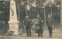 GUERRE 1914-18 - ALLEMAGNE - KÖNIGSBRÜCK -Carte Photo Militaires Avec Gerbe De Fleurs Devant Monument Aux Morts Du Camp - Koenigsbrueck