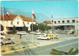Seyssinet : CITROËN 2CV BACHE, PEUGEOT 304, VW 1300 JEANS, SIMCA 1100, RENAULT 4 & 6  - La Mairie Et La Poste - Passenger Cars