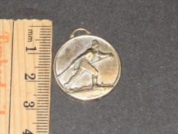Médaille Gendarmerie Nationale (française) - Médaille Argentée (argent ?) Pas De Poiçon. Skieur Sur Avers - 2 - Police