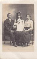 Enfants -Carte-photo - Fillette Et Sa Famille - Grupo De Niños Y Familias