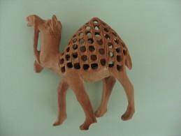 Dromadaire  Et Son Petit à L´intérieur En Bois Sculpté - Bois