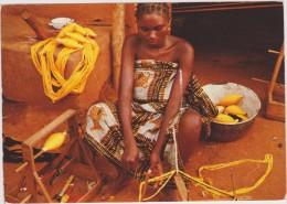 AFRIQUE,AFRICA,AFRIKA,COT E D´IVOIRE,Métier,FEMME QUI FILE,FILEUSE à L´ancienne,artisanat,conc Entrée - Côte-d'Ivoire