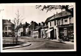 03 DOMPIERRE SUR BESBRE Place Du Kiosque, Papeterie Barbot, Ed Barbot, CPSM 9x14, 1953 - France