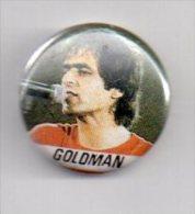 REF XXL Badge Ancien 1980 (no Pin's) Chanteur Jean Jacques GOLDMAN - Musique