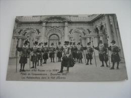 EXPOSITION D'ART ANCIEN BRUXELLES 1910 MILITARI   LES HALLEBARDIERS DANS LE HALL D'ENTREE - Esposizioni
