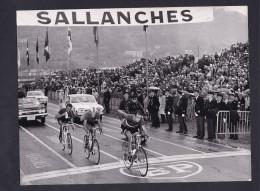 Belle Photo Originale Cyclisme Criterium Dauphiné Libéré Arrivée à Sallanches  Cameraman André Renoux Sur Moto - Cycling