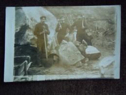 Carte-Photo à Identifier , Ouvriers Outils En Mains Dans Une Carrières , Rocher En Granit ? - Cartes Postales