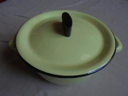 Ancien - Petite Marmite En Tôle émaillée Jaune - Pots