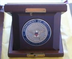 USA - ORIGINAL MEDAILLON DEPARTMENT OF DEFENSE IN A SPECIAL ORIGINAL WOODEN CASE - Insegne