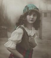 Très Jolie Fillette Aux Longs Cheveux Bouclés. Coiffe Avec Bord Doré. Jolis Vêtements. Voir Détails . Photo GL4650/6 - Portraits