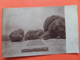 45384 POSTCARD:  UNKNOWN ROCKS / LOCATION With What Appears To Be A PLAQUE On The Ground. - Postcards