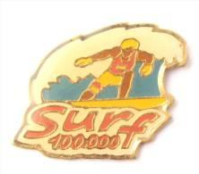 Pin's  SURF 100 000 F - Le Surfeur Et  La Vague - E087 - Games