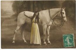 Tres Joile Femme Long Cheveux Et Cheval Blanc - Caballos