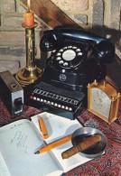 00 - D - CIGARE - STYLO PLUME - AGENDA - TELEPHONE - REVEIL - BOUGEOIR -  Et ? - Années 70 - Cartes Postales