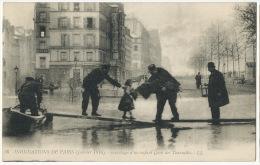 Sauvetage D Un Enfant Quai Des Tournelles Paris 5 Eme Pompier Agent De Police Inondations Paris 1910 - Firemen