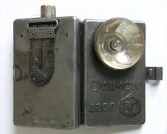 """ANCIENNE LAMPE DE POCHE ALLEMANDE DAIMON 2200 AVEC SA PATTE D ACCROCHAGE EN CUIR . NOM GRAVE """" DELBERT """" MILITAIRE - Equipement"""
