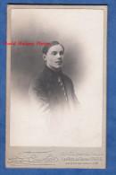 Photo Ancienne CDV Vers 1900 - PARIS - Jeune Homme Young Man Costume Cravate Mode - Photographie Courbet Rue Du Temple - Photos