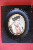 Paire De Miniatures Sur Ivoire ,portraits De 2 Jeunes Nobles XIXè,signés N.Philipe.Cadre 13,5X16cms.Médaillon:8,5X7cms. - People
