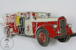 Old Fireman/ Firefighter Firetruck - Fire Engine - Ward LaFrance 1954 - Pin Badge #PLS - Bomberos