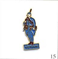 Pin´s Histoire - Verdun Avec Poilu De La 1ère Guerre Mondiale. Non Est. Métal Peint. T358-15 - Militari