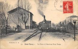 BOUCHES DU RHONE  13   SAINT REMY  LA GARE A L'ARRIVEE D'UN TRAIN - Saint-Remy-de-Provence