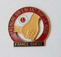 Pin's Prendre Un Enfant Par La Main Ouest France - 26R - Pin's