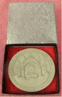 Stuckgips-Plakette  Merseburg / Saale  -  Chemie- Und Hochschulstadt  -  Ca. 8 Cm Durchmesser - Souvenirs